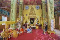 Os povos fazem um oferecimento no templo budista de Wat Si Muang em Vientiane, Laos Imagem de Stock