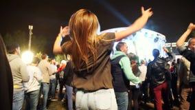 Os povos felizes novos estão dançando no clube Vida noturno e conceito do disco vídeos de arquivo