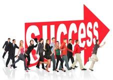 Os povos funcionam ao sucesso que segue o sinal da seta Fotografia de Stock