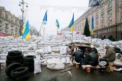Os povos guardam as barricadas dos sacos foto de stock royalty free
