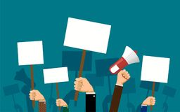 Os povos guardam bandeiras e cartazes em suas mãos Imagens de Stock