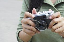 Os povos guardam uma câmera velha Fotografia de Stock Royalty Free
