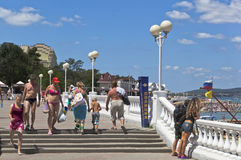 Os povos ignoram a proibição aparecem em um roupa de banho colocam em público a estância turística de Gelendzhik, região de Krasn Imagens de Stock