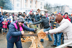 Os povos indeterminados participam na competição durante a celebração de Maslenitsa na cidade de Bryansk Fotografia de Stock Royalty Free