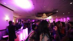 Os povos indianos dançam no estilo étnico durante o banquete de casamento