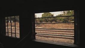 Os povos indianos jogam uma garrafa e um lixo pl?sticos da janela do trem movimento lento video filme