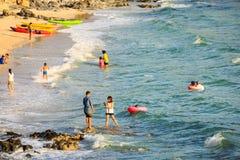 Os povos jogam na água em Ko Sichang Imagem de Stock Royalty Free