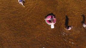 Os povos jogam na água pelo rio ver?o vídeos de arquivo