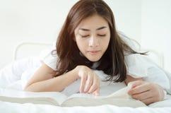 Os povos leram livros do sono foto de stock
