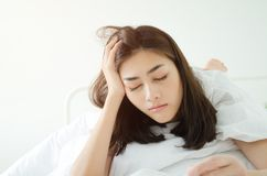 Os povos leram livros do sono imagens de stock royalty free