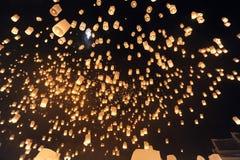 Os povos liberam Khom Loi, as lanternas do céu durante o festival de Yi Peng ou de Loi Krathong Fotografia de Stock