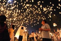Os povos liberam Khom Loi, as lanternas do céu durante o festival de Yi Peng ou de Loi Krathong Fotos de Stock