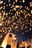 Os povos liberam Khom Loi, as lanternas do céu durante o festival de Yi Peng ou de Loi Krathong Imagens de Stock
