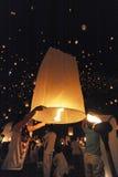 Os povos liberam Khom Loi, as lanternas do céu durante o festival de Yi Peng ou de Loi Krathong Foto de Stock