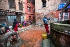 Os povos locais sentam-se na rua O sistema de casta é hoje ainda intacto mas as regras não são tão rígidas como se realizavam no  Fotos de Stock Royalty Free