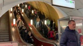 Os povos montam a escada rolante para cima e para baixo Metro de Moscou Estação de Pushkinskaya 25 de fevereiro de 2019 filme