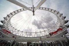 Os povos montam o olho de Londres no verão Fotografia de Stock Royalty Free