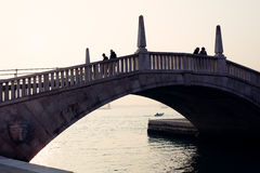 Os povos mostram em silhueta em um brigde perto de San Marco Place em Veneza Foto de Stock
