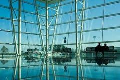 Os povos mostram em silhueta no aeroporto fotografia de stock