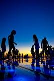 Os povos mostram em silhueta no por do sol colorido Fotos de Stock Royalty Free