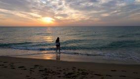 Os povos mostram em silhueta o passeio na praia filme