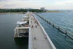 Os povos movimentam-se e dão-se um ciclo na ponte de Marina Barrage, Singapura fotografia de stock