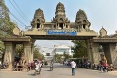 Os povos não identificados cruzam a beira entre Tailândia e Cambod Imagem de Stock Royalty Free
