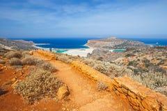 Os povos não identificados estão vindo para baixo à praia na lagoa de Balos na Creta, Grécia Imagens de Stock Royalty Free
