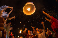 Os povos não identificados lançam lanternas do céu ao céu no festival de Loy Kratong Foto de Stock Royalty Free