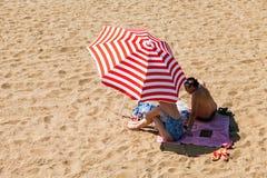 Os povos não identificados relaxam na praia da cidade nas costas do Fotografia de Stock