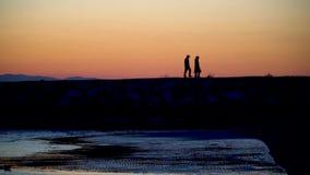 Os povos n?o identificados mostram em silhueta o passeio durante o por do sol no lado, Antalya, Turquia video estoque