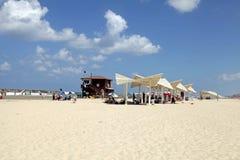 Os povos na areia encalham em Herzliya Pituah, Israel imagens de stock