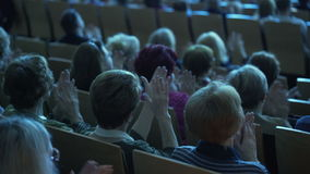 Os povos na audiência escutam uma leitura e o aplauso Conferência vídeos de arquivo