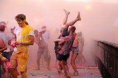 Os povos na cor de Pringles Holi Party no festival 2013 FIB (Festival Internacional de Benicassim) fotos de stock