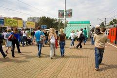Os povos na estação de comboio vão ao International Foto de Stock Royalty Free