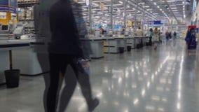 Os povos na mercearia verificam para fora a linha vídeos de arquivo