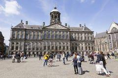 Os povos na represa esquadram na frente do palácio real de Amsterdão fotos de stock
