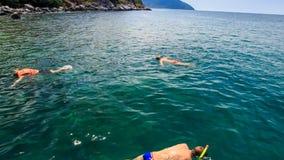 os povos nadam no mar transparente dos azuis celestes no barco e na ilha de turista video estoque