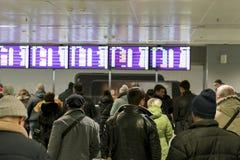Os povos no aeroporto estão esperando a chegada do voo Foco selecionado foto de stock