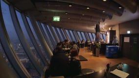Os povos no café cobrem 180, o Rheinturm filme