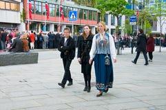 Os povos no dia norueguês da constituição durante a parada Fotografia de Stock