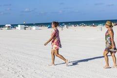Os povos no fim da tarde estão indo deixar a praia Fotografia de Stock Royalty Free