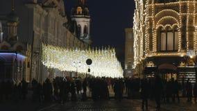 Os povos no Natal decoraram a rua video estoque