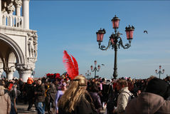 Os povos no ` s de St Mark esquadram a praça San Marco durante o carnaval em Veneza, Itália Fotos de Stock Royalty Free