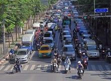Os povos nos carros, ônibus e em velomotor estão movendo-se, Banguecoque, Tailândia fotos de stock