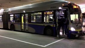 Os povos obtêm e fora do ônibus video estoque