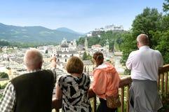 Os povos olham o centro de Salzburg, Áustria foto de stock royalty free