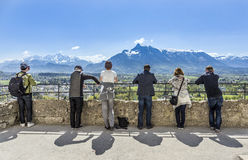 Os povos olham os cumes do castelo Hohensalzburg em Salzburg fotografia de stock royalty free