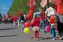 Os povos participam na demonstração do primeiro de maio em Volgograd Fotografia de Stock Royalty Free