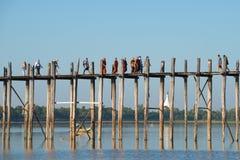 Os povos passam o homem de Taung Tha do lago na ponte de madeira antiga de Ubeyn myanmar Fotos de Stock Royalty Free